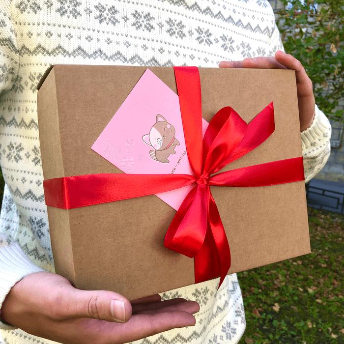 Коробка с лентой и открыткой